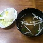 たつ - カツ丼に付いてくる味噌汁と漬物