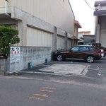 たつ - 駐車場は店舗から30mぐらい離れたところにあります