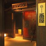 個室居酒屋 番屋 - 重厚かつ木の温もりを感じさせる一枚扉の玄関