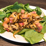 チキンプレイス ロティサリーズ - サラダほうれん草と熱々ベーコン・きのこサラダ 780円