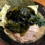 BIG - 料理写真:濃厚豚骨醤油ラーメン|ワカメトッピング