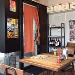 タイのごはん ラークパクチー - 店内。手作り感のあるカフェ風。ハットを被った日本人男性のオーナーシェフと、さわやかな女性スタッフが迎えてくれます。BGMはブルースロック(訪問時)