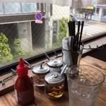 タイのごはん ラークパクチー - 窓越しに見える晴天の平和な茶沢通り