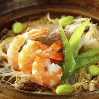 〆の「天然真鯛と魚介の土鍋ご飯」絶品です。お茶漬けもどうぞ。