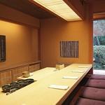 飯田 - 凛とした雰囲気が漂うカウンター。