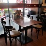 街かど屋 - 店内の様子。窓辺の4人テーブル。     2015.05.12
