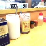 ラーメンショップ練間 - 料理写真:うまいラーメンショップのらあじゃん(豆板醤的なもの)、ニンニク、胡椒、酢、七味。釣り銭は自分で取る方式。