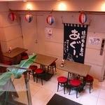 吉崎食堂 - 入口にはテーブル席があります