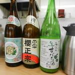 四ツ木製麺所 - カウンターに並ぶお酒