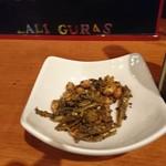 ラリグラス アジアンダイニングバー - お通しのスパイス煎り