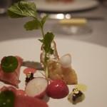 ASAHINA Gastronome - 活帆立貝 カラスミと合わせ かえでの樹液でマリネした甘酸っぱい紅芯大根とともに