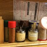 味噌乃家 - 卓上の調味料他