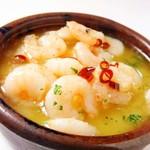 スペイン料理 トレス - 小エビの土鍋焼き(アヒージョ)