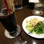 めぐる - セットのドリンク(おかわり無料)とサラダ