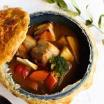 トロトロ豚と旬野菜のスープカレーポットパイ