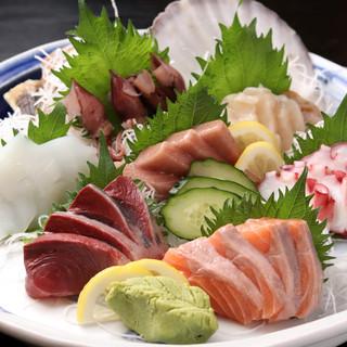 豊洲市場から毎朝仕入れる、旬の魚は旨い!贅沢【刺身】で1杯!