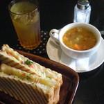 ダニーハ - ホットサンドセットプラス豆スープ。