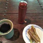 梅屋 - お茶と「突き出し」(蕗の煮物:無料)