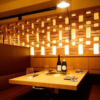 暖色の照明でモダンカジュアルなオシャレな空間!個室も人気
