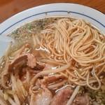 中華料理ぼたん - アップ。ストレートの細麺です。