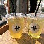 サ行 ティースタンドサギョウ - ドリンク写真:左:烏龍茶 凍頂四季春 M 320円 右:緑茶 やまかい茶 M 320円