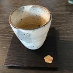 銀座の金沢 - フッと癒される玄米茶。 器も木のコースターもオシャンティ。