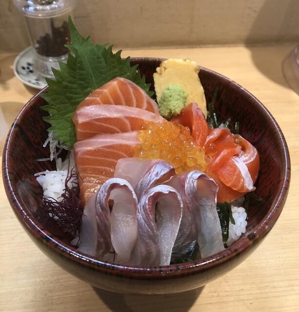 サーモン丼 熊だ>