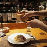 トラットリア・アルモ - カルボナーラにチーズをたっぷりかける