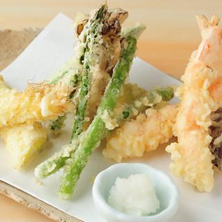 そばのトッピングも逸品◆新鮮な油で揚げるサクサク食感の天ぷら