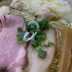 108242608 - 「特選塩らーめん」「麺大盛り」接写。ネギが、青ネギと長ネギの 2種類 が載せられている点も、店舗オリジナルであり、その工夫と、客の満足感に思い至る姿勢に感動である。色目の美しさと味わいのバランスが併存している。