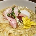 鶏そば 山もと - 特製塩そば 美しい~(^-^)。ゆず胡椒で味変可能♪