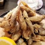 108243512 - ⑩深海魚の唐揚げ(雑魚の唐揚げ)(500円)                       様々な雑魚の唐揚げ、好きなんですよね♪                       腸を抜いて、丸ごとカラッと揚げてあるので、パリパリ食感とジワッとくる旨み、お酒がメチャクチャ進みます。