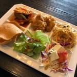 プロイタイ - 左上から、カレー炒め、唐揚げ、パッタイ、豆腐サラダ、グリーンサラダ、えびせん