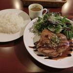 肉&チーズ&ワイン 神保町ビストロ Fleurie - 鶏もも肉ローストバルサミコソース880円