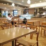 広島アンデルセン - 店内の様子。明るく清潔、席間も広くて寛げる