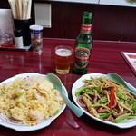 108278273 - ニンニクの茎と牛肉の炒めとエビチャーハン、青島ビール