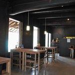 Ogama - 内観写真:1Fカフェの様子 作陶室だったころ燻され続けた天井や柱・梁は、今も黒く光ります。登り窯を眺めつつ一息どうぞ。