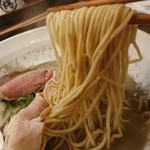 布施丿貫 - 「鮮魚煮干し」の麺のアップ
