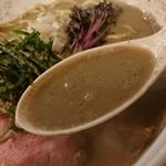 布施丿貫 - 「鮮魚煮干し」のスープのアップ
