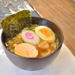 かよちゃんの店 すずな - 料理写真:ラーメン(750円)。ご飯とお漬物はおかわり自由です。