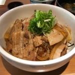 久遠 - 料理写真:麦豚とジャンボ大蒜の世界遺産(スタミナ丼) 865円。