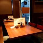 やぐら亭 - テーブルとカウンターがあります。