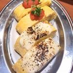 屋台酒場 肉のおかげ - 明太出汁巻玉子、モッツアレラと黒胡椒の出汁巻玉子
