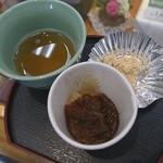 もち吉 - 料理写真:試食品(冷たい焙じ茶&甘辛い揚げ餅&きな粉)