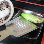 水と緑のふる里 森の駅 - 山葵が付いてきます。 時分で適量を卸して薬味に使います。     2019.05.19