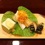 味享 - 八寸  右から、インゲンと冬茹椎茸に佃煮風に炊いた海苔を和えたもの、炙ったバチコの下に笹鰈を敷き、その奥に赤烏賊を、左が蓬豆腐の田楽風