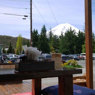 富士山を見ながら食べるほうとうは格別!
