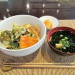 まのび堂 - 新茶と野菜天丼。ほうじ茶が1杯付いて600円