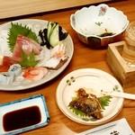108390214 - 酒房 武蔵@小倉 刺身の盛合せ、鰯のじんだ煮、おばいけを肴に一杯