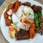 108401705 - 本格的な中華料理をご飯の上へ!好きなおかずを好きなだけ選んで楽しむ、B級グルメ「経済飯」